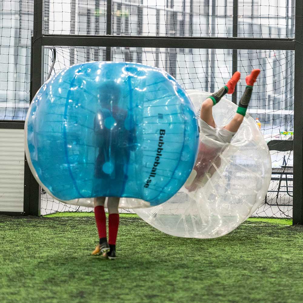 to personer som spiller bumberball