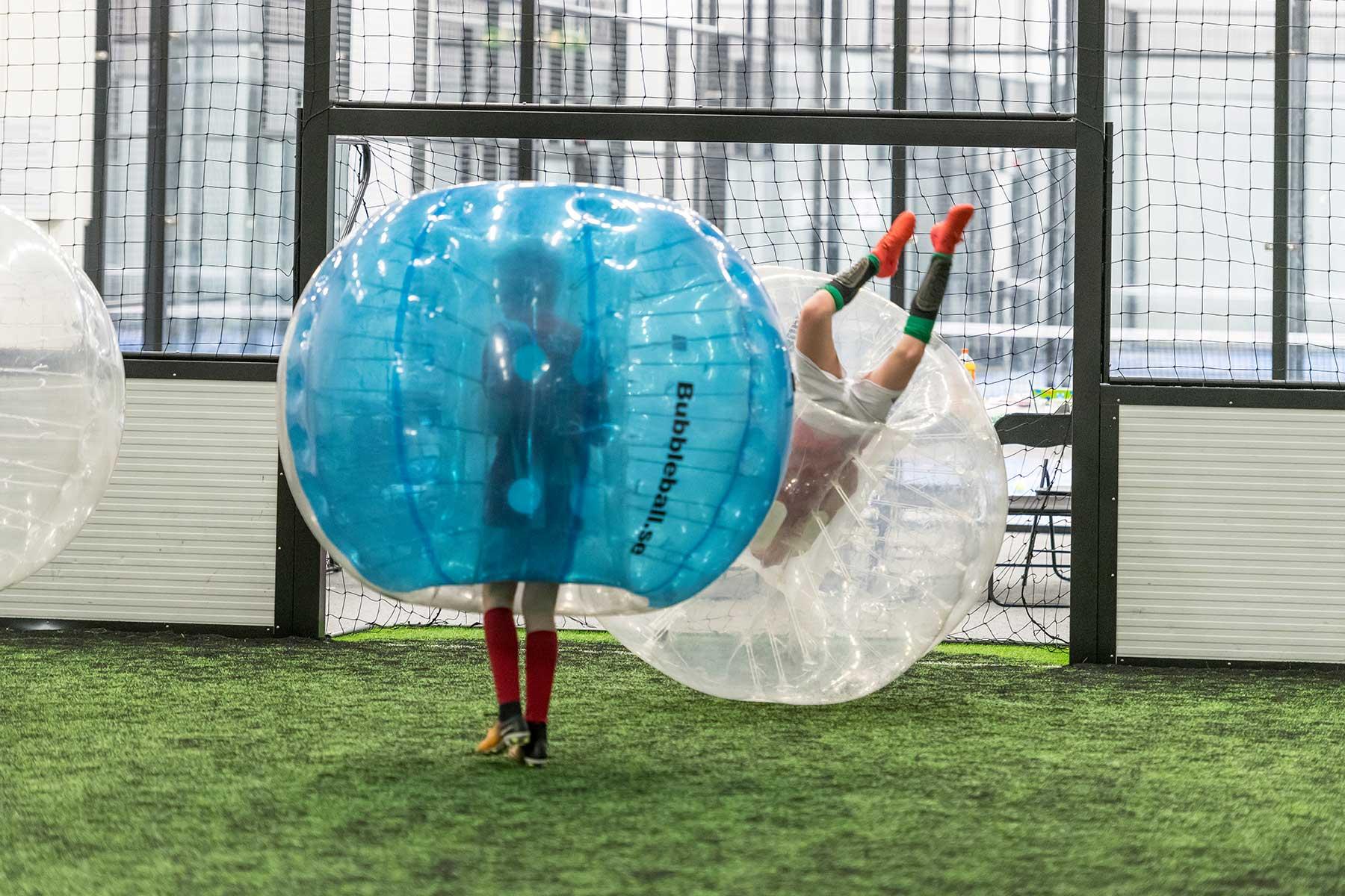 to barn som spiller bumberball